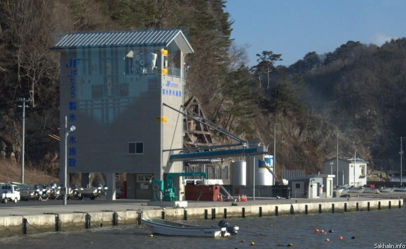 Это здание станции для изготовления льда для охлаждения рыбы. На нем три отметки, означающие высоту цунами, произошедших здесь в конце 19 века, в 1933 году и в 2011 году. Самая верхняя отметка— 17,3 метра.