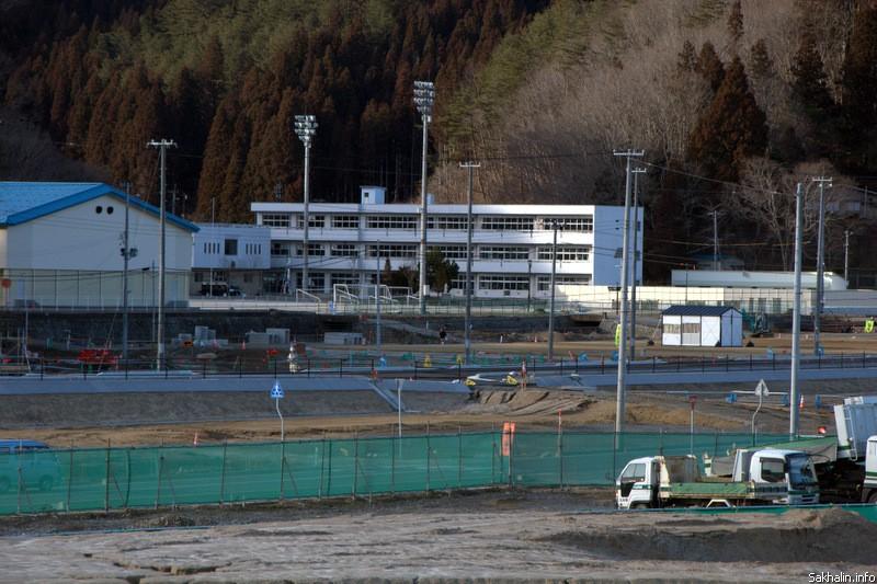 Белое здание— вновь отстроенная в Мияко средняя школа. Старое здание было затоплено