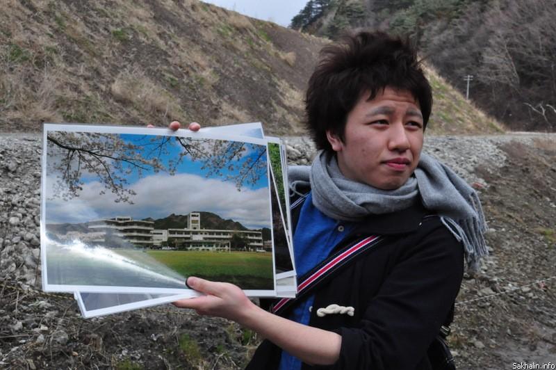 Так школа выглядела до землетрясения. За спиной мальчика— земляные насыпи. Здесь будут новые объекты