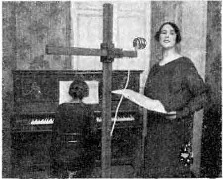Артистка одной изэфирных радиостанций страны умикрофона. Фото изжурнала