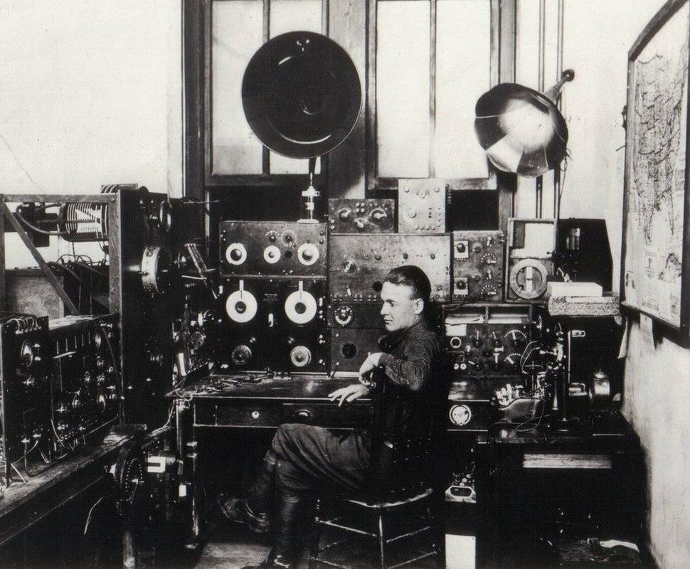 В студии одной изрегиональных советских радиостанций 1930-х гг.