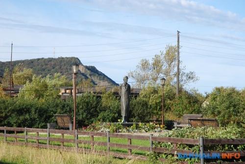 Памятник-монумент А.П.Чехову (скульптор Михаил Аникушин) вАлександровске-Сахалинском