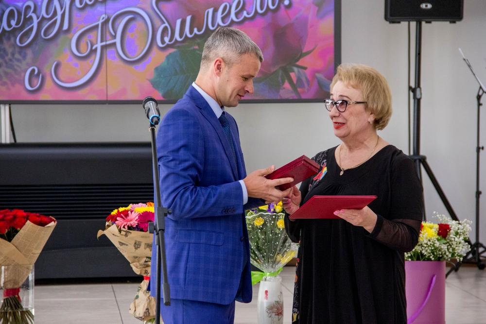 Поздравление директора библиотеки с юбилеем библиотеки