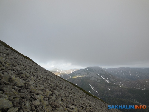 Правее— гора Котантуру (928 м); вдали, левее— гора Краснова (Колдун-гора, 1093 м)