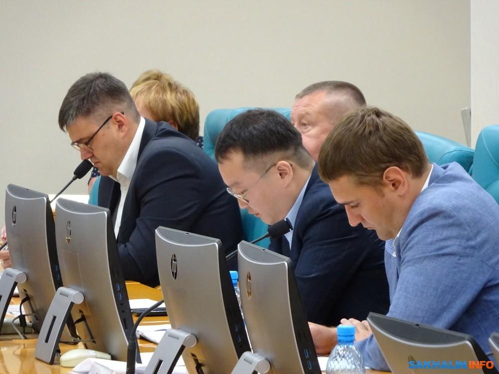 Денис Кан(в центре)