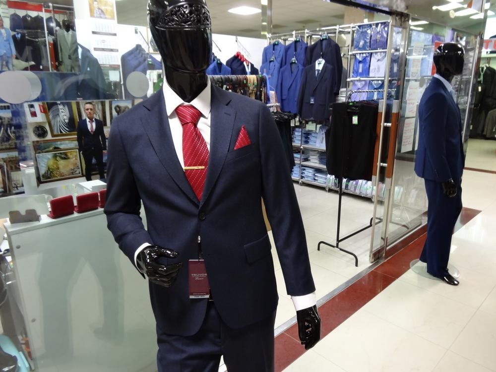 Вашему вниманию предлагается широкий спектр костюмов, пиджаков, брюк,  рубашек, трикотажа и аксессуаров от классики и люкса до уличного стиля