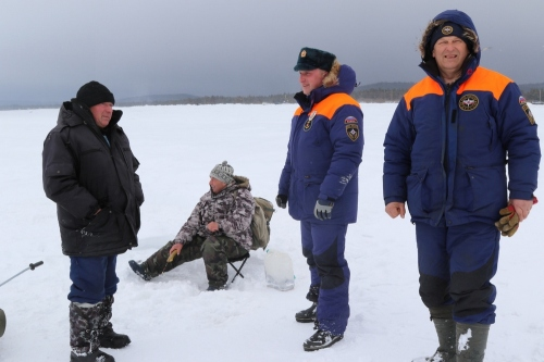 Сотрудники МЧС пытаются разогнать рыбаков со льда в Охотском