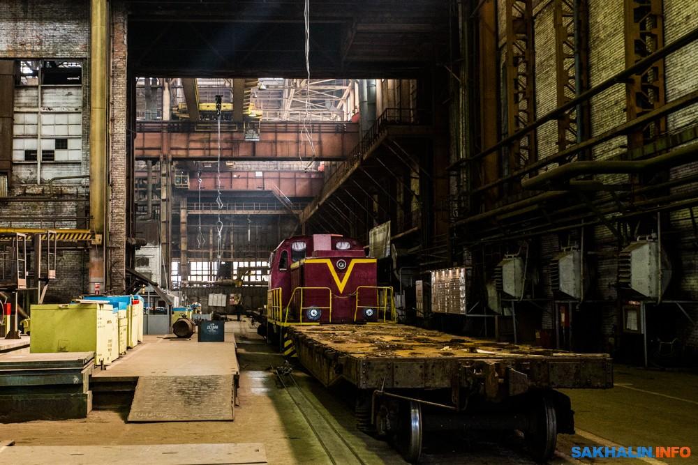 Между цехами завода курсирует небольшой железнодорожный состав