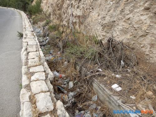 Как иу нас, вИзраиле наобочинах очень много мусора