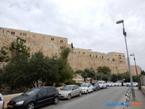 Стены древнего Иерусалима, парковаться здесь нельзя, имы видели, какдорожный инспектор ходил отодного авто кдругому иподкладывал поддворники какие-то бумажки— видимо, уведомления оштрафах