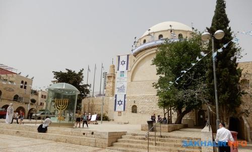 Главная синагога Иерусалима исемисвечник, который установят наХрамовой горе, когда тамснова будет Храм