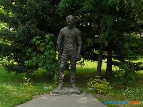 Сростки. Памятник Шукшину (фото 2010 года)