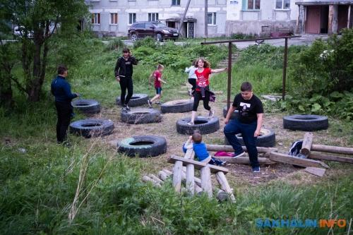 Самодельная детская площадка водном издворов Быкова