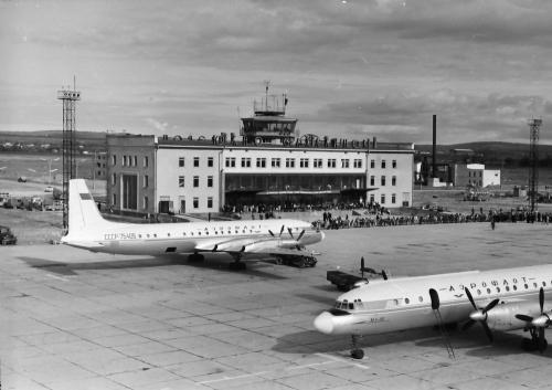 """Новый аэропорт """"Южно-Сахалинск"""" (Хомутово) в60-е годы. Наперроне— самолеты Ил-18"""