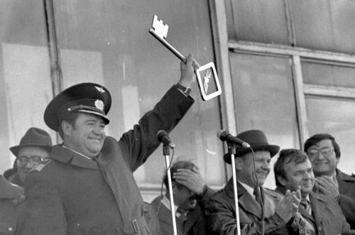 Ключ отвоздушных ворот Сахалина укомандира авиапредприятия А. А. Королева, митинг, 1985 год