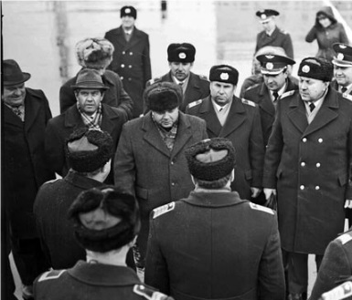 Встреча экипажа Ил-62. Вцентре— председатель облисполкома И. П. Куропатко, 11 ноября 1986 года. Егоименем назван авиалайнер авиакомпании САТи улица врайоне аэропорта