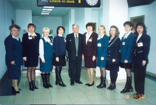 Коллектив международного сектора, вцентре первый егоруководитель Р. Р. Сагитов, 1997 год