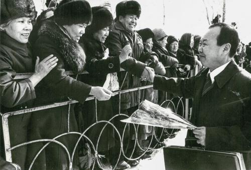 """Представитель общества разделенных семей скорейской стороны. Первый рейс вЮжную Корею былвыполнен 8 февраля 1990 года южнокорейской авиакомпанией """"Кориэн эйрлайнз"""" насамолете """"Боинг-727"""""""