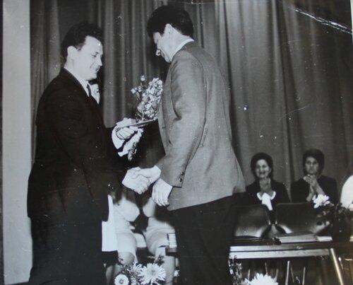Заведующий облоно вручает Е. Р. Игошину награду «Отличник народного просвещения РСФСР», 70-е годы