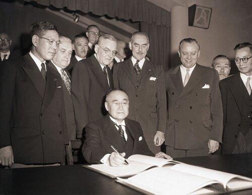 Японская делегация подписывает мирный договор