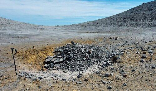 Ударный кратер от падения бомбы на расстоянии 1,3 км от кратера Корбута. Фото Т. Котенко