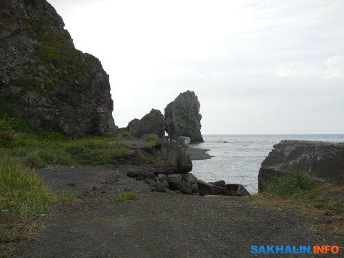 Мыс Три камня. Остатки волнозащитной стенки эпохи Карафуто