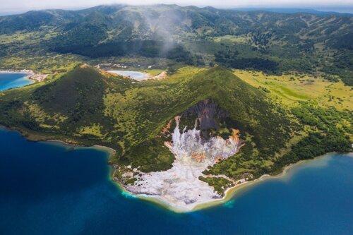 Кальдера вулкана Головнина. В центре кальдеры находится озеро Кипящее и два экструзивных купола: Центральный Восточный и Центральный Западный