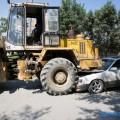 Легковой автомобиль попал подфронтальный погрузчик вЮжно-Сахалинске