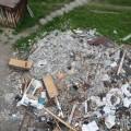 Жители Шахтерска пожаловались нагоры мусора, оставленные после ремонта кровли дома поулице Мира