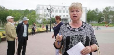 Пыльная грунтовка вместо асфальта: жители Корсакова борются затвердое покрытие подногами