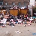 В Холмске водители мусоровозов уженеделю немогут подобраться кконтейнерам возле дома №8в поулице Матросова