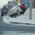 Toyota Belta из-за гололедицы вылетела запределы дороги вЮжно-Сахалинске