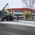 "Эвакуатор помогает трем автомобилистам после ДТПв районе южно-сахалинского ""Сити Молла"""