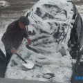 С крыши дома поулице Кировской вТымовском глыба снега рухнула наприпаркованный автомобиль