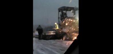 Асфальт прямо наснег укладывают дорожники наодной изсахалинских трасс