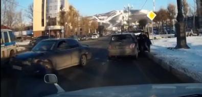 В Южно-Сахалинске водитель иномарки, пытавшийся скрыться отсотрудников ГИБДД, попал ваварию