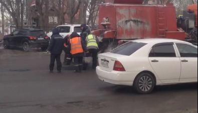 Ремонт асфальта вЮжно-Сахалинске проводится сиспользованием термос-бункера