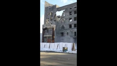 В Холмске вновь опрокинулся экскаватор, сносивший здание банка
