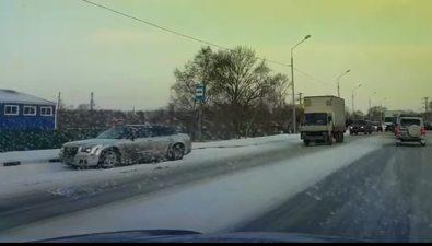 На проспекте Мира вЮжно-Сахалинске неподелили дорогу триавтомобиля