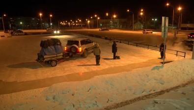 Организации, обслуживающие площадки длякатания наконьках вЮжно-Сахалинске, прилагают усилия дляподдержания льда вхорошем состоянии