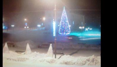 """Крутящий """"жучки"""" вокруг городской елки внедорожник запечатлел соавтор Sakh.com"""