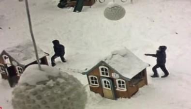 Неизвестные разгромили детский городок впарке Южно-Сахалинска