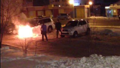 Южно-сахалинские коммунальщики помогли потушить вспыхнувший Toyota Land Cruiser