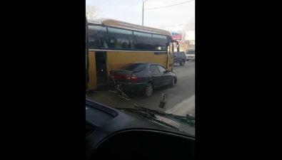 На улице Ленина вЮжно-Сахалинске легковушка столкнулась срейсовым автобусом