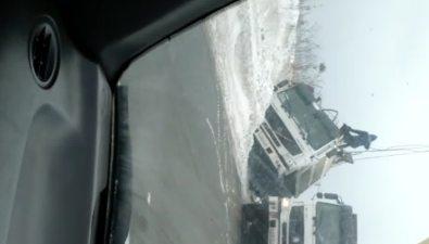 Груженный металлоломом автомобиль завалился набок вХолмском районе
