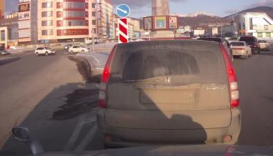 ДТП повине водителя Toyota Land Cruiser произошло накруговом перекрестке вЮжно-Сахалинске