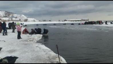 На Сахалине оторвало льдину срыбаками