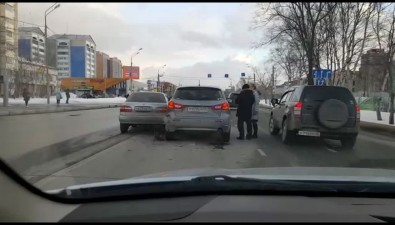 Две иномарки, неподелившие дорогу, образовали пробку напроспекте Мира вЮжно-Сахалинске