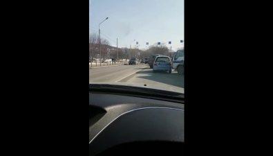 Грузовик иуниверсал перекрыли двеполосы ввосточной части улицы Сахалинской вобластном центре