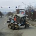 Муниципальный трактор потерял колесо вовремя движения поЮжно-Сахалинску
